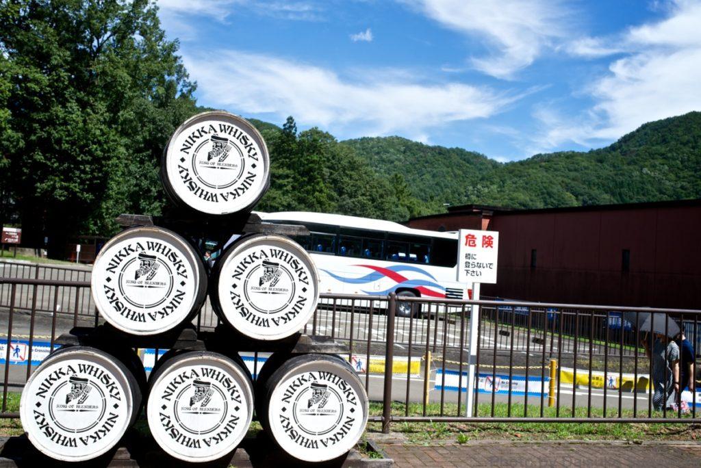 ニッカウイスキー仙台工場の入口につまれた樽