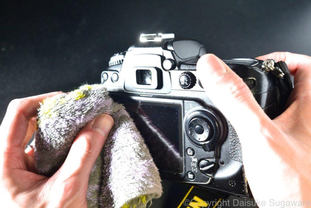 カメラをタオルで拭く