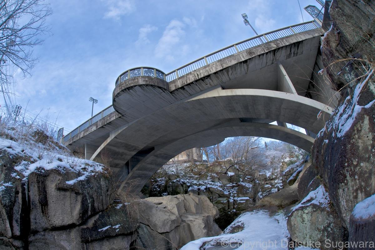 冬の磊々峡の覗橋